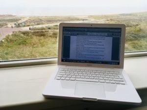 laptop uitzicht Noordwijk schrijfweek Carlie van Tongeren