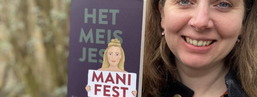 Carlie van Tongeren met haar boek Het meisjesmanifest