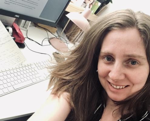 Carlie van Tongeren aan het schrijven