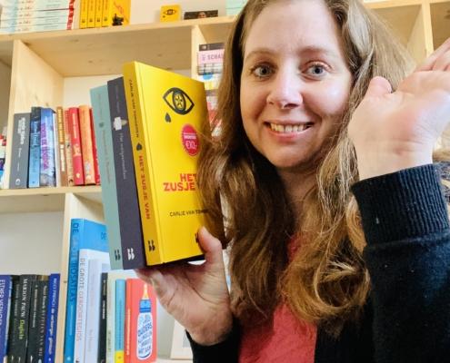 Carlie van Tongeren met haar 3 YA-boeken