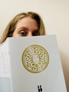 Carlie verstopt zich achter najaarscatalogus Blossom Books